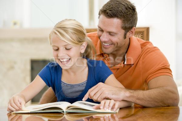 Сток-фото: человека · чтение · книга · столовая · улыбаясь