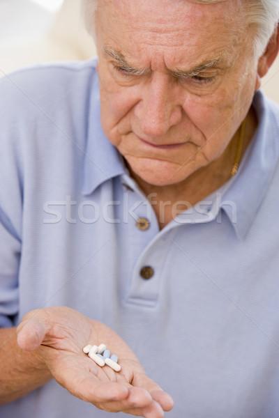 Altos hombre mirando medicina salud pastillas Foto stock © monkey_business