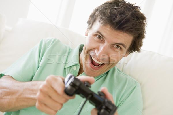 ストックフォト: 男 · リビングルーム · 演奏 · 笑みを浮かべて · 男性 · 座って