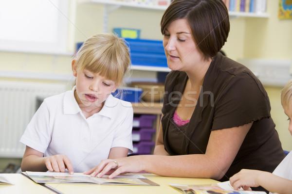 Studentessa insegnante lettura primaria classe donna Foto d'archivio © monkey_business