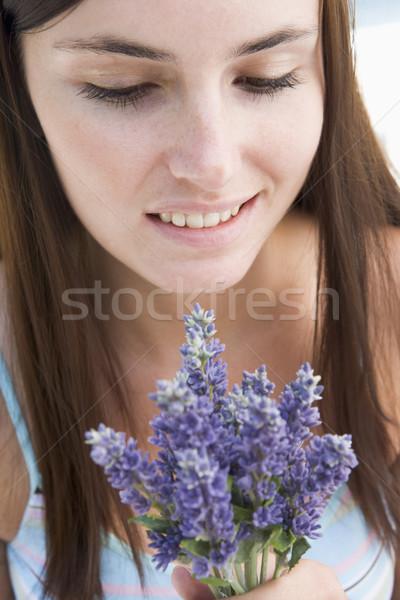 женщину глядя цветок счастливым Сток-фото © monkey_business