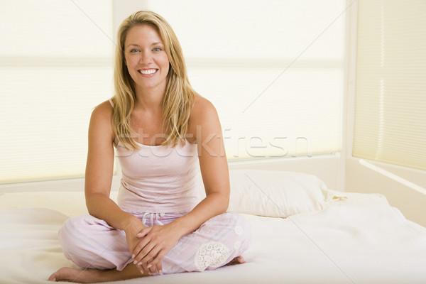 Foto d'archivio: Donna · seduta · camera · da · letto · donna · sorridente · sorridere · donne