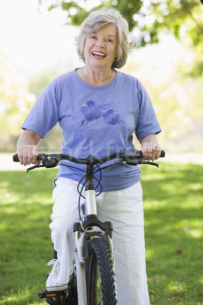 Zdjęcia stock: Starszy · kobieta · cyklu · wykonywania · rower · kobiet