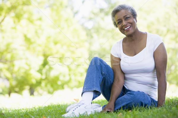 Foto stock: Altos · femenino · relajante · parque · sesión · hierba