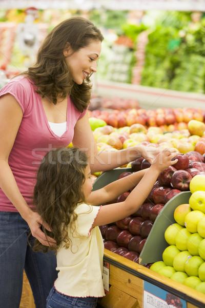 Matka córka produkować sekcja supermarket dziewczyna Zdjęcia stock © monkey_business