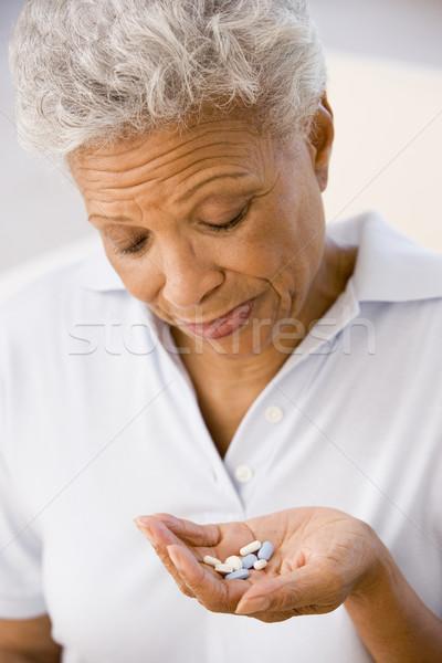Mujer toma pastillas salud enfermos altos Foto stock © monkey_business