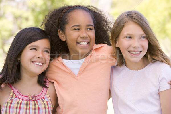 ストックフォト: 3 · 若い女の子 · 友達 · 屋外 · 笑みを浮かべて · 笑顔