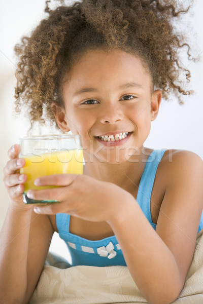 Foto d'archivio: Giovane · ragazza · bere · succo · d'arancia · soggiorno · sorridere · ragazza