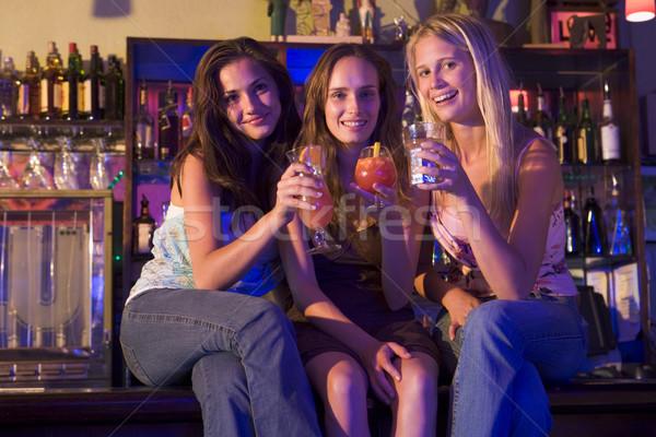 Stock fotó: Három · fiatal · nők · ül · bár · pult · élvezi