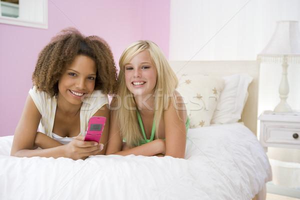 ストックフォト: ベッド · 携帯電話 · 幸せ · 友達 · 代