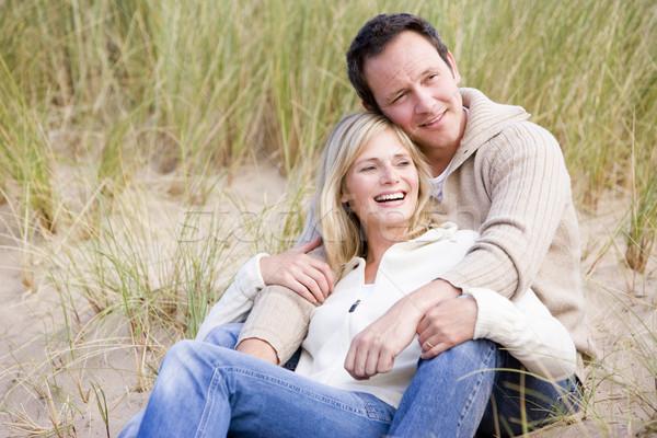 Zdjęcia stock: Para · posiedzenia · plaży · uśmiechnięty · człowiek · zimą