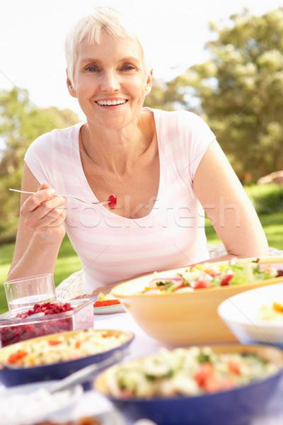 Сток-фото: старший · женщину · еды · саду · счастливым