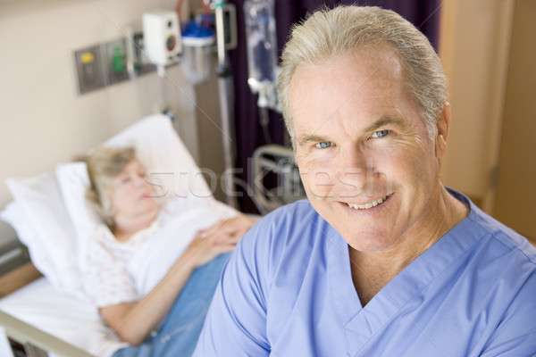 Médecin permanent souriant chambre homme malade Photo stock © monkey_business