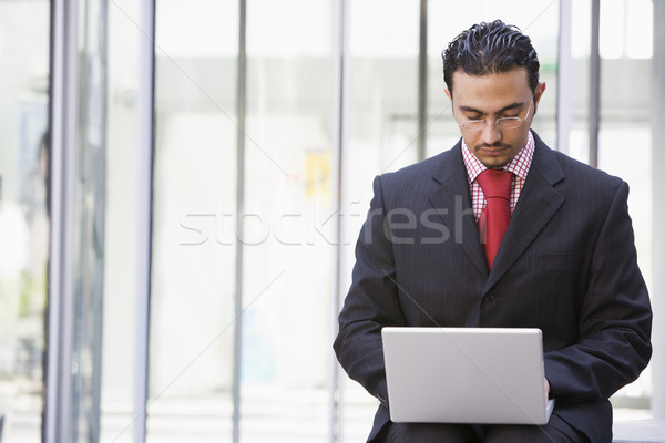 Сток-фото: бизнесмен · используя · ноутбук · за · пределами · служба · компьютер · город
