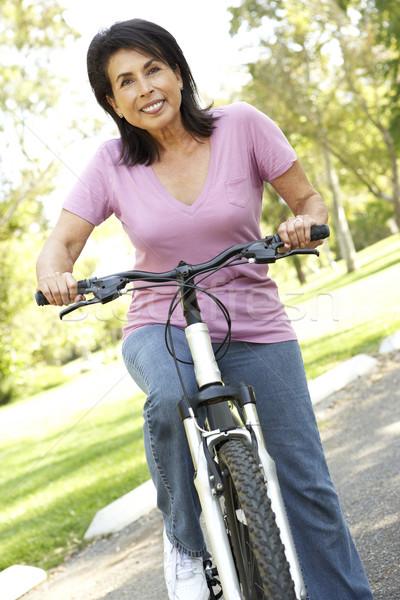Zdjęcia stock: Starszy · kobieta · jazda · konna · rowerów · parku · szczęśliwy