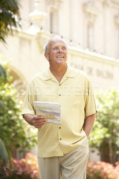 Senior man lopen straat kaart stad Stockfoto © monkey_business
