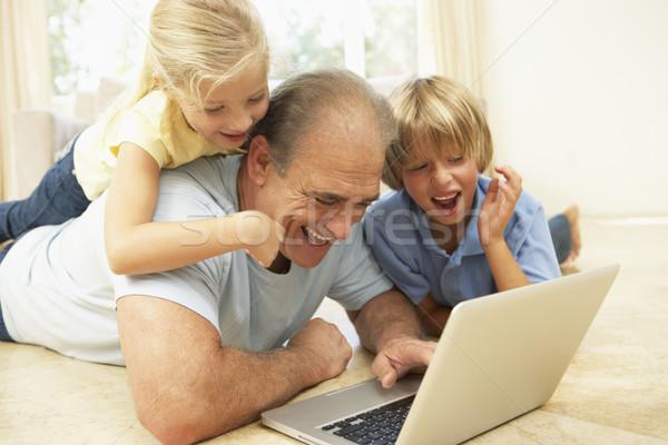 ストックフォト: 祖父 · ラップトップを使用して · ホーム · コンピュータ · インターネット · 幸せ