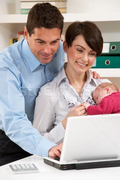 Photo stock: Parents · bébé · travail · maison · utilisant · un · ordinateur · portable