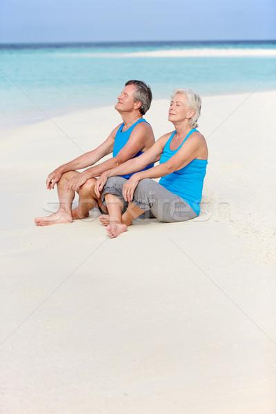 Idős pár sportruházat megnyugtató gyönyörű tengerpart pár Stock fotó © monkey_business