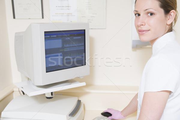 Zahnärztliche Assistent lächelnd Computer Frau Stock foto © monkey_business