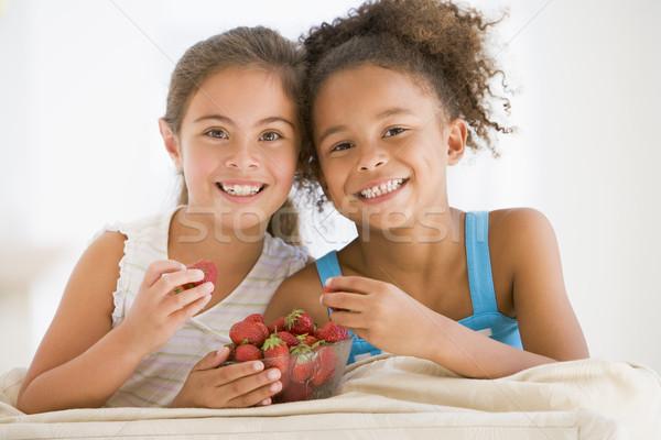 Foto d'archivio: Due · giovani · ragazze · mangiare · fragole · soggiorno