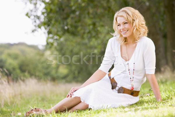 Stockfoto: Vrouw · vergadering · buitenshuis · glimlachende · vrouw · glimlachend · gras