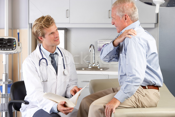Arts onderzoeken mannelijke patiënt schouderpijn mannen Stockfoto © monkey_business