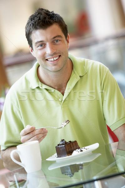 Férfi eszik darab torta bevásárlóközpont kávé Stock fotó © monkey_business