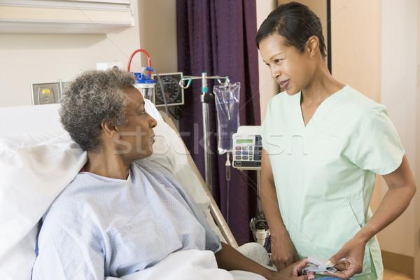 Enfermera hablar altos mujer mujeres médicos Foto stock © monkey_business