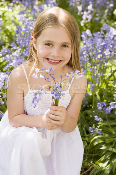 Zdjęcia stock: Młoda · dziewczyna · odkryty · kwiaty · uśmiechnięty · dziewczyna