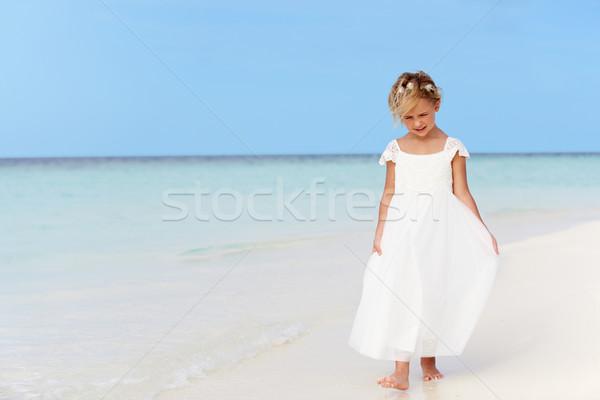 Joven dama de honor vestido caminando hermosa playa Foto stock © monkey_business
