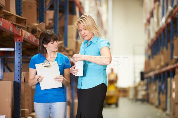 Stockfoto: Zakenvrouw · vrouwelijke · werknemer · distributie · magazijn · vrouw