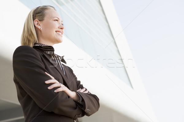 Foto stock: Mujer · de · negocios · pie · aire · libre · edificio · sonriendo · negocios