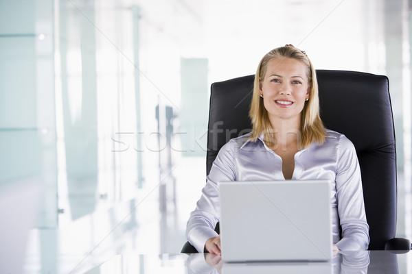 Foto stock: Mujer · de · negocios · sesión · oficina · portátil · sonriendo · ordenador