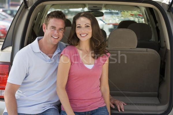 Stockfoto: Paar · vergadering · Maakt · een · reservekopie · van · glimlachend · auto