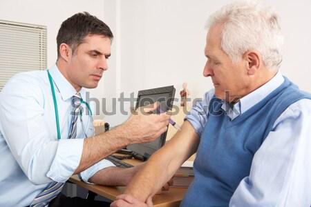 Amerikai orvos elvesz idős vérnyomás férfi Stock fotó © monkey_business