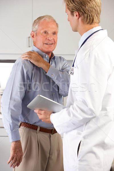 Arts onderzoeken mannelijke patiënt schouderpijn technologie Stockfoto © monkey_business