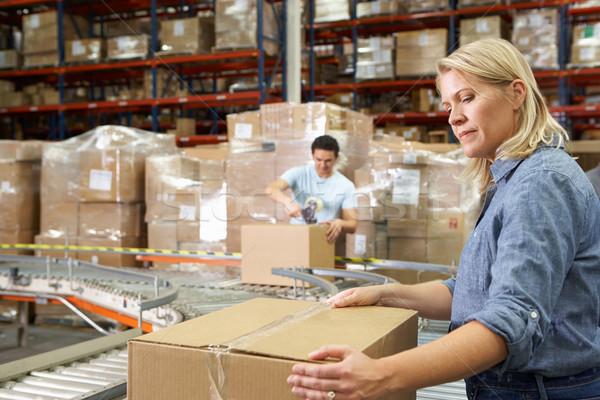 Travailleurs distribution entrepôt ordinateur femmes boîte Photo stock © monkey_business