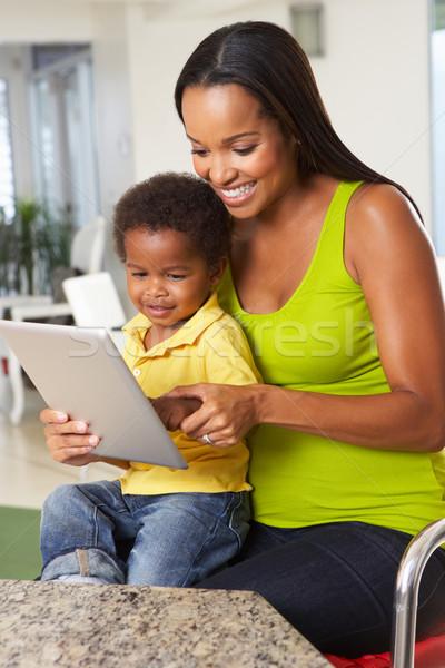 Foto stock: Mãe · filho · digital · comprimido · cozinha · juntos
