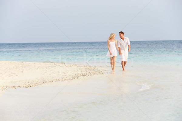 Romantikus pár sétál gyönyörű trópusi tengerpart tengerpart Stock fotó © monkey_business