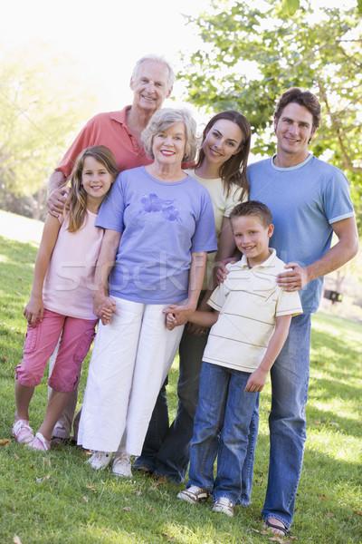 Foto stock: Família · grande · em · pé · parque · de · mãos · dadas · sorridente · mulher