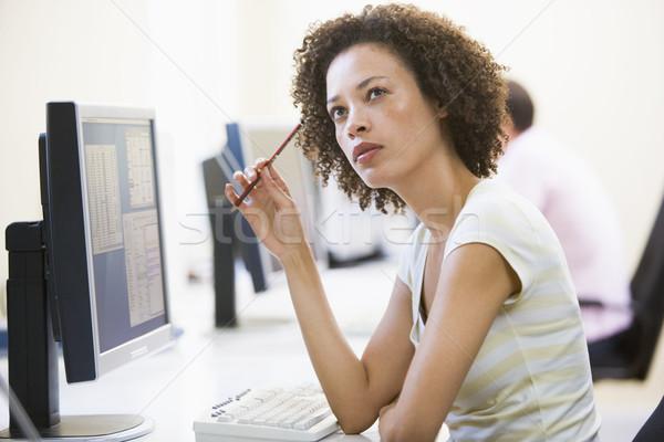 Vrouw computer kamer denken zakenlieden werken bureau Stockfoto © monkey_business