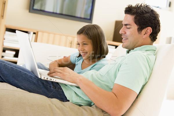 Stok fotoğraf: Adam · genç · kız · oturma · odası · dizüstü · bilgisayar · gülen · bilgisayar