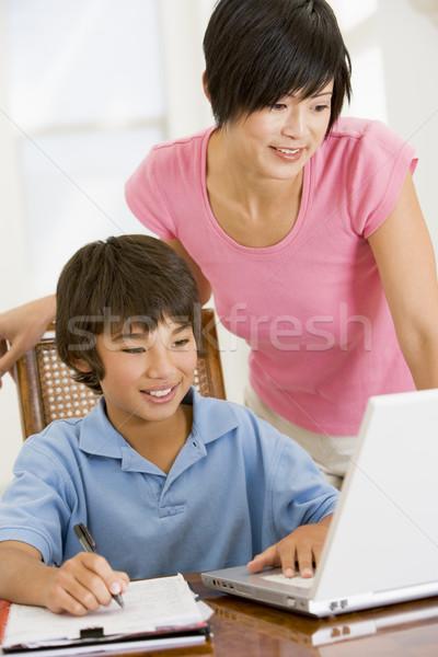 женщину помогают ноутбука домашнее задание столовая Сток-фото © monkey_business