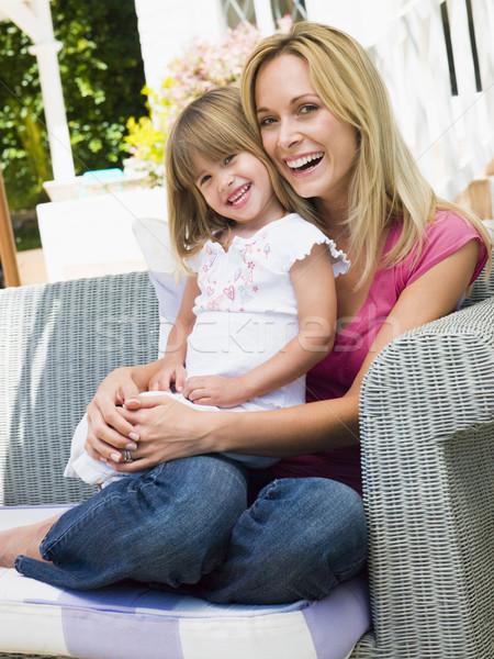 Zdjęcia stock: Kobieta · młoda · dziewczyna · posiedzenia · patio · śmiechem · dziewczyna