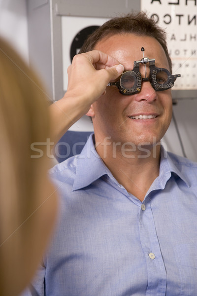 Optometrist examen kamer man stoel glimlachend Stockfoto © monkey_business