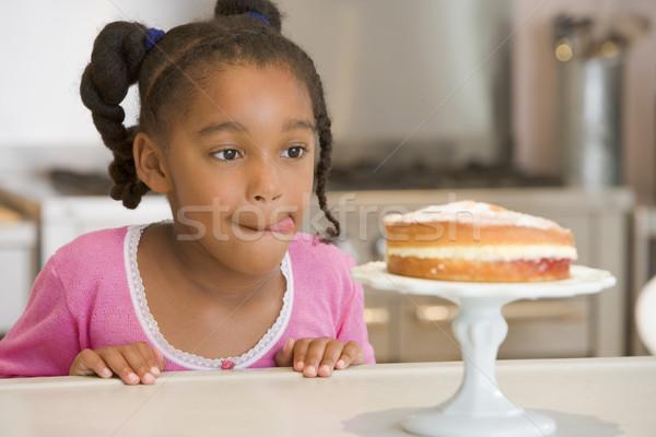 Foto stock: Joven · cocina · mirando · torta · contra · nina