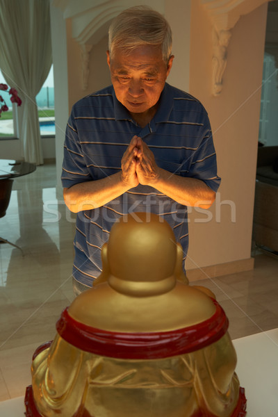 Foto stock: Senior · chinês · homem · oração · estátua · buda
