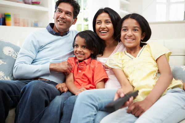 Indiano família sessão sofá assistindo tv Foto stock © monkey_business