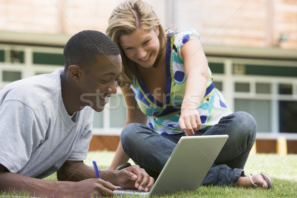 Stok fotoğraf: Kolej · Öğrenciler · dizüstü · bilgisayar · kullanıyorsanız · kampus · çim · bilgisayar